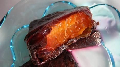 あんずを赤しそで巻いたお菓子
