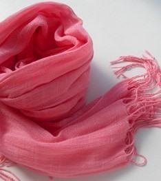 ピンク色のスカーフ