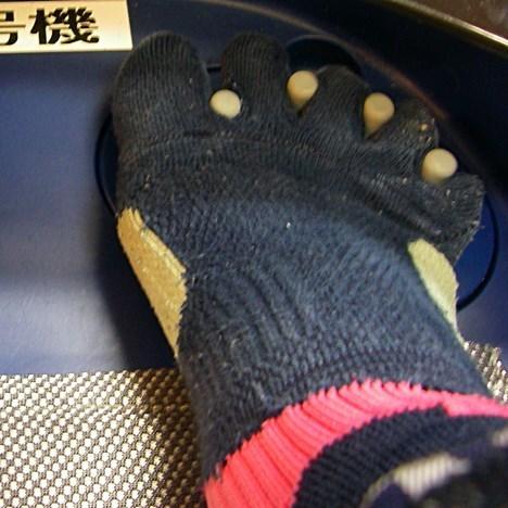 足指の間を広げる