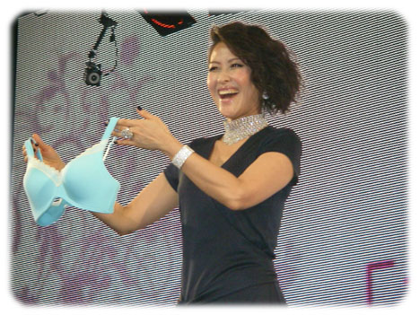 3Dブラを持つゲストの岡本夏生さん